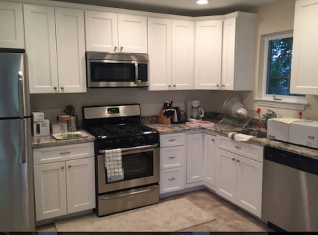 Nice 2-Bedroom in Glen Cove - Glen Cove - Дом