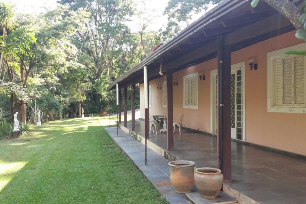 Casa cercada de deliciosas varandas