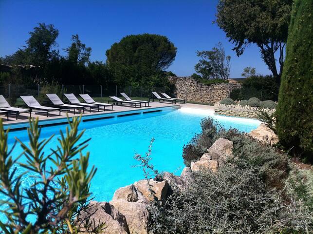 Un galet en provence, vue sur le Luberon. Gordes