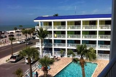 Gulfside Condo Super location! Beach/Pool/Shops