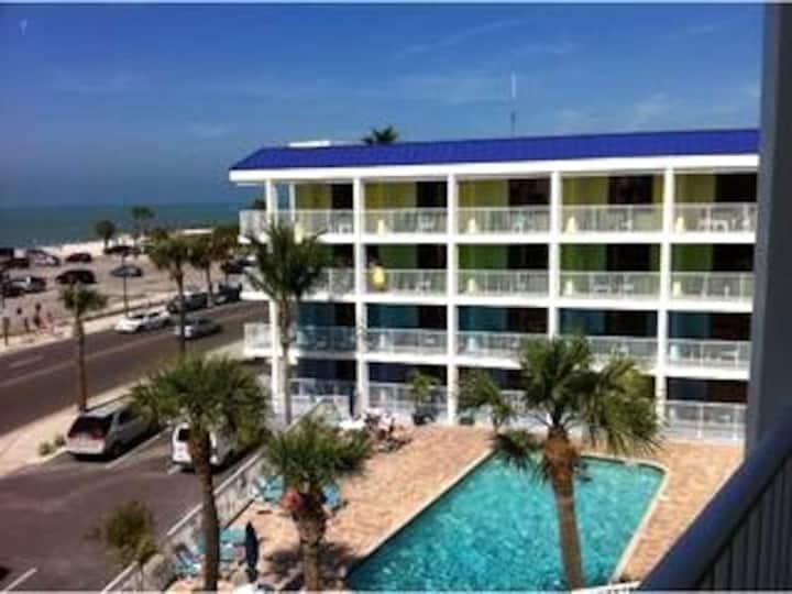 Gulfside Getaway Super location Beach/Free parking