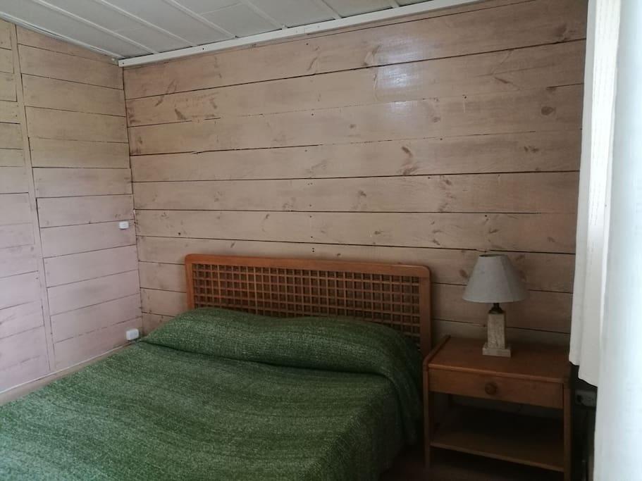 Habitación con cama doble.