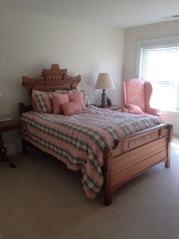 Lovely room in beautiful townhouse in Danbury - Danbury
