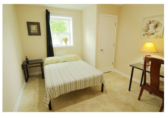 Private Room , Free Parking New Cozy Home  in DC-3