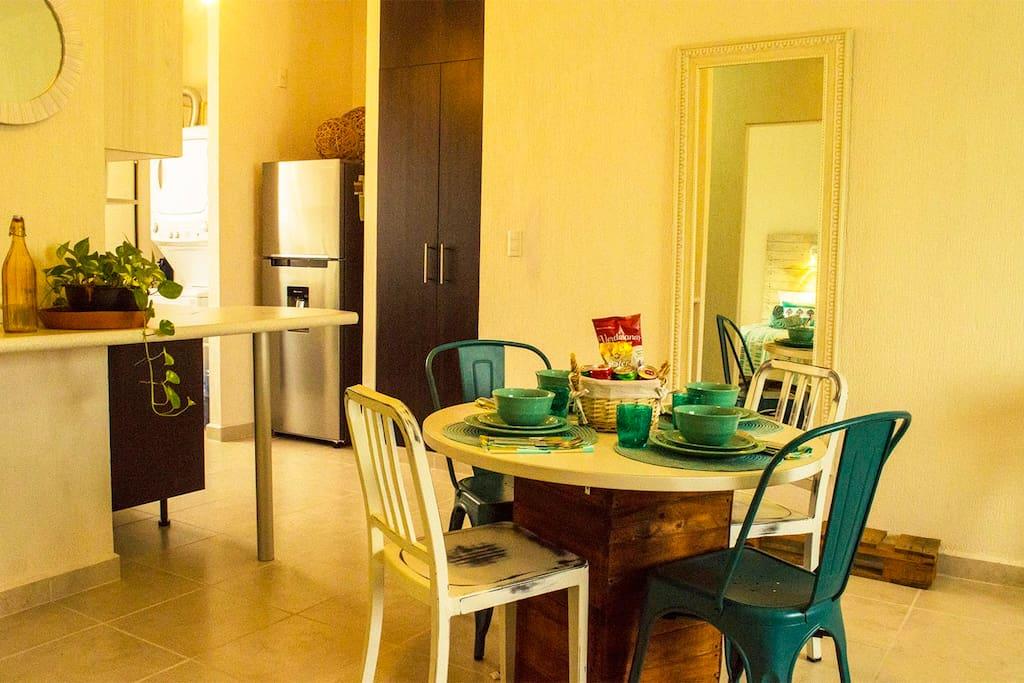 Comedor para 4 personas, contamos con vajilla completa, manteles individuales, vasos y todo lo necesario!