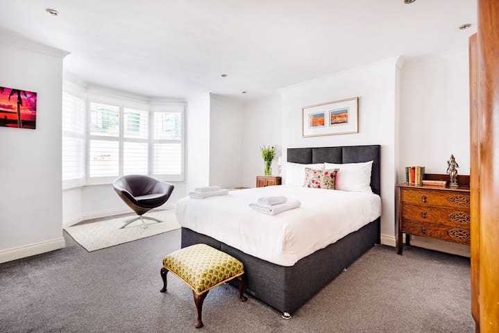 Spacious 1 bed flat with garden, 20 mins to centre