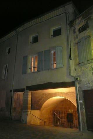 chambre atypique au coeur d'un village médiéval - Étoile-sur-Rhône - Huis