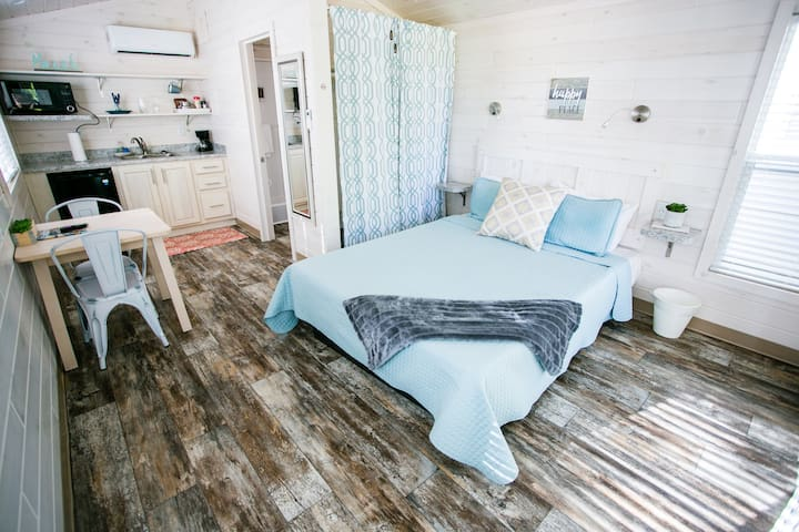 12 Charming Lakefront Suite with Porch