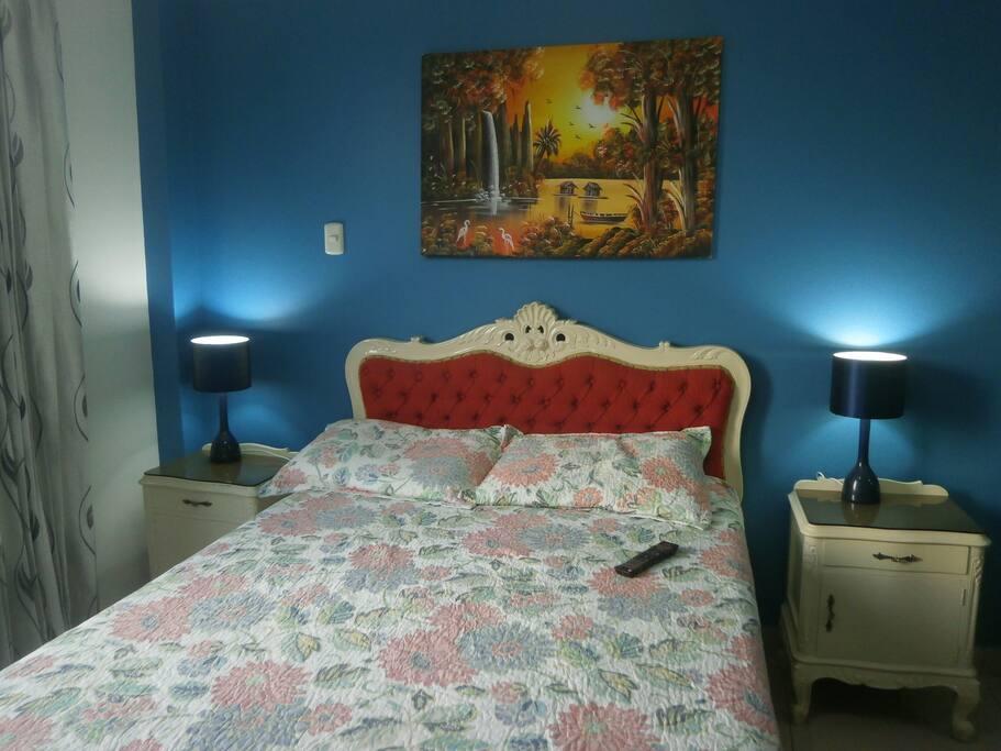 Habitación con una cómoda cama doble.