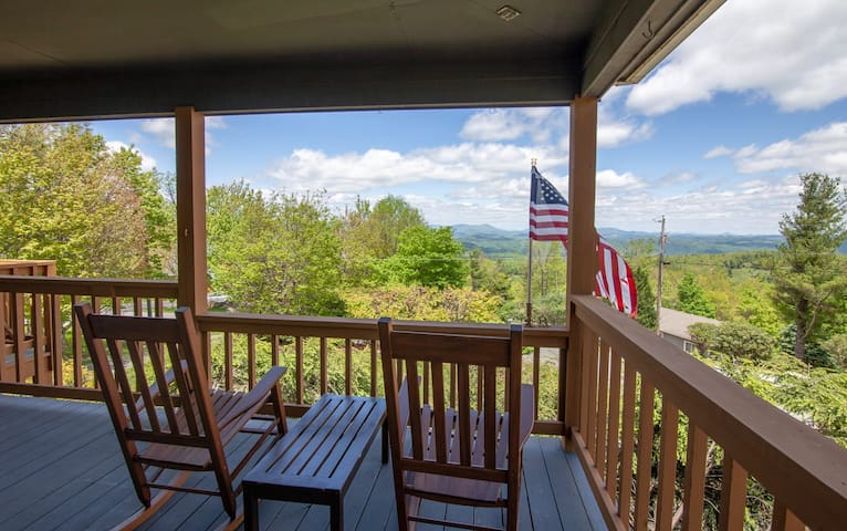 2BR/2BA Mountain Home with Views, Foosball Table, Air Hockey Table, Game System