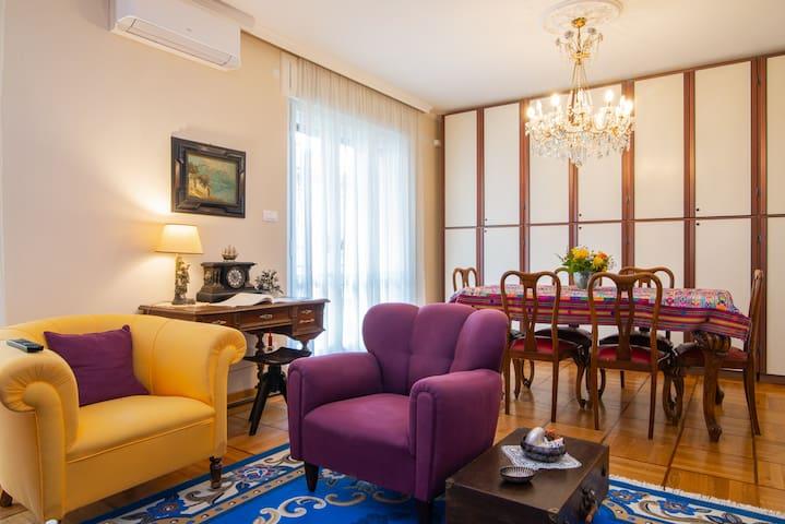 Il salone è provvisto di aria condizionata, di una scrivania e di una zona pranzo per sei persone.