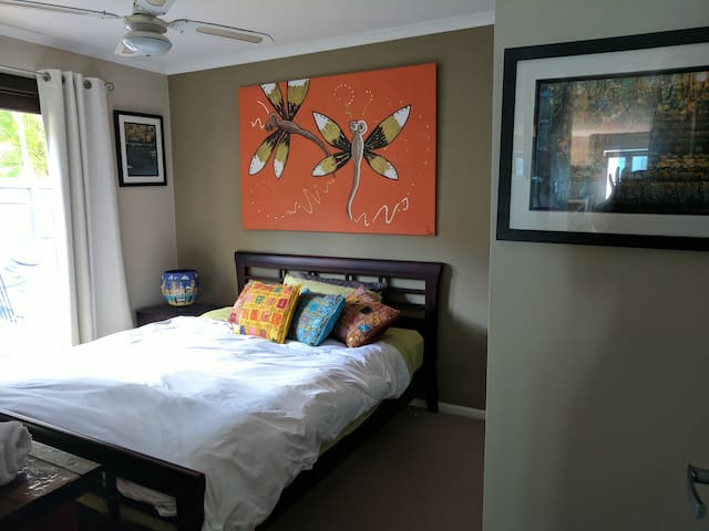 Noosa River Gum Oasis -Queen bed private entrance.