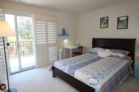"""""""LA"""" Private Queen Size Room with TV"""