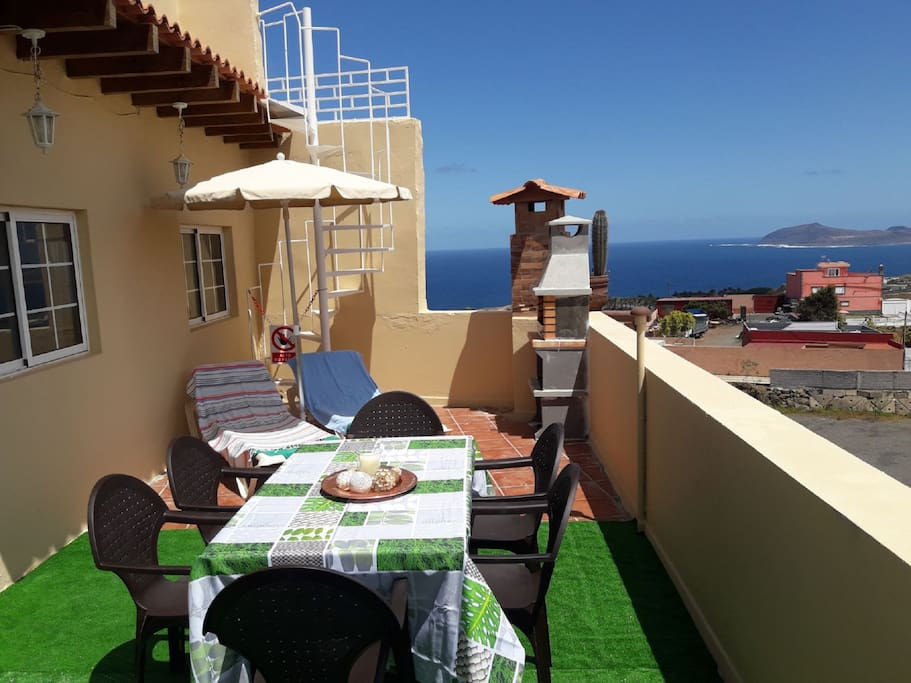 Terrace with seating area, relaxing area, BBQ, views to ocean ★ Terraza con zona Relax, mesa para comer, BBQ, vista al océano