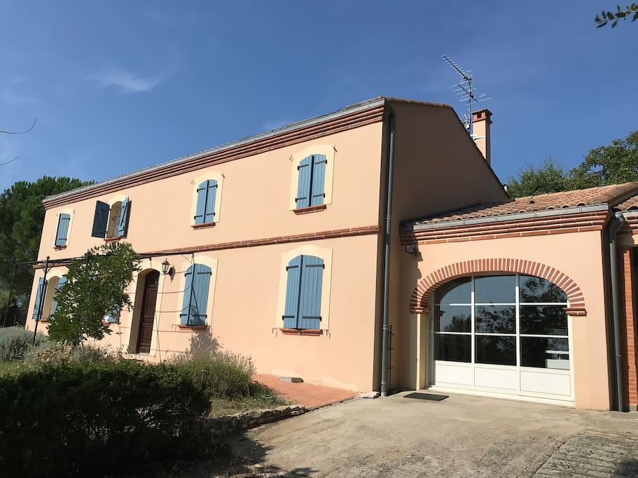 Maison aux volets bleus en haut du chemin de pepouzou sur les coteaux du lauragais avec vue sur Rangueil et les Pyrénées : vous voilà arrivés !