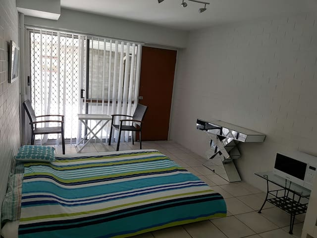 Big room,own entrance,bathroom,pool,and wardrove - Herston - Departamento