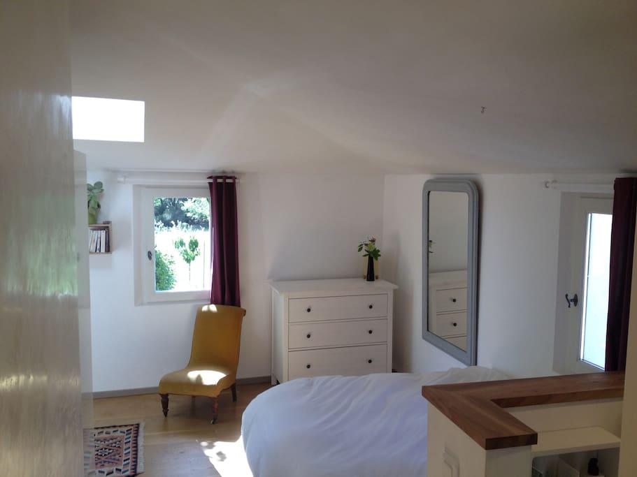 La chambre est orientée sud, ouest et nord. Elle est lumineuse et dispose d'un parquet en chêne.