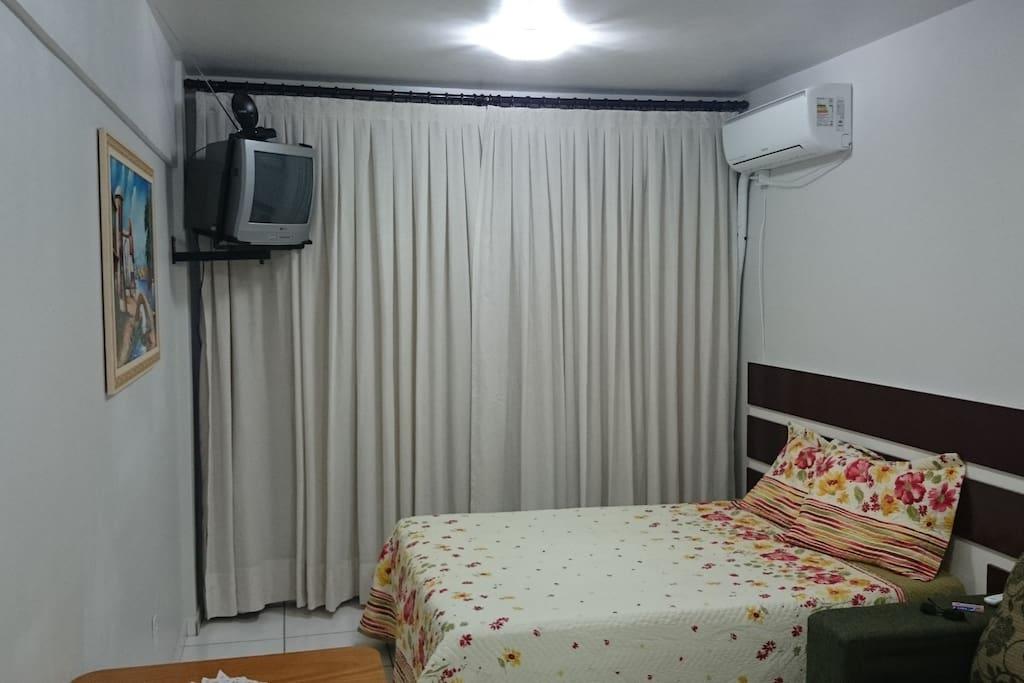 Ambiente com quarto e sala conjugados.