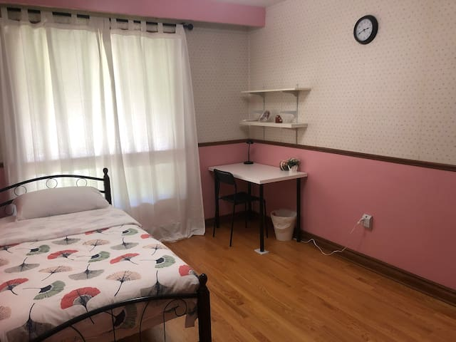 Quiet Room near Yonge & Steeles