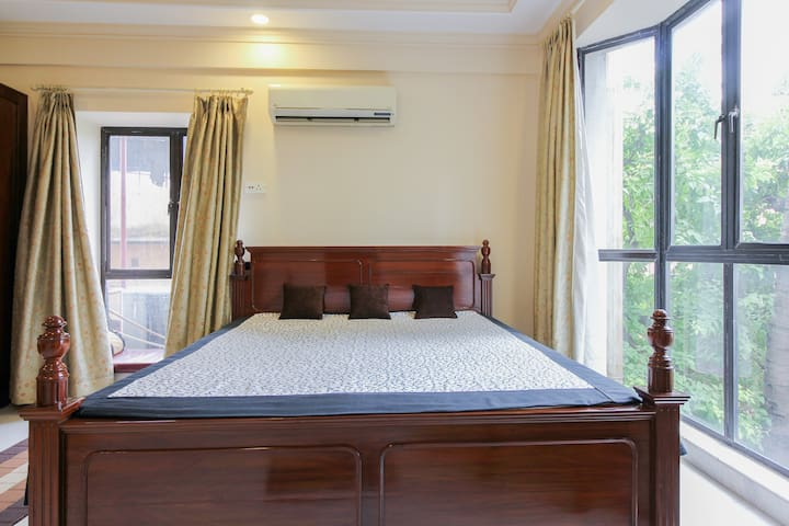 Raj's Cozy Affordable Room @ the Heart of Kolkata!