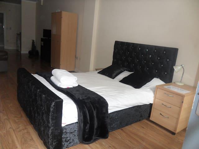 KG Short Stay (Flat 1) Luxury City Apartment LE1