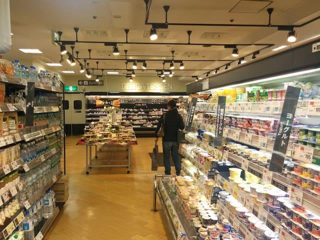 24-hour supermarket in the station building of Hatagaya.