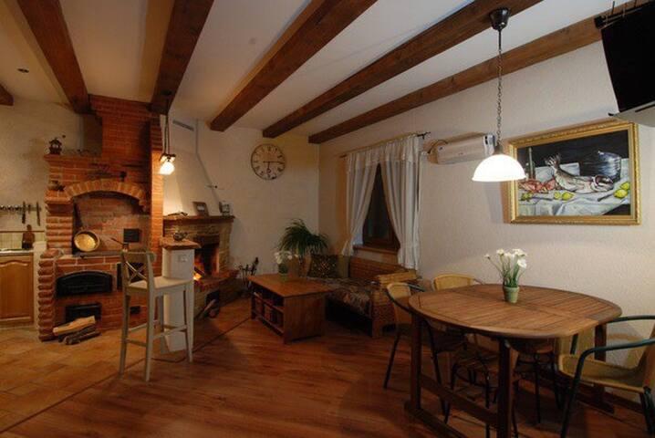 Дом в тихом месте недалеко от города.