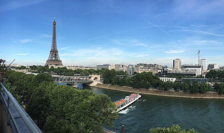 *Alice in Wonderland* Exceptional Eiffel View