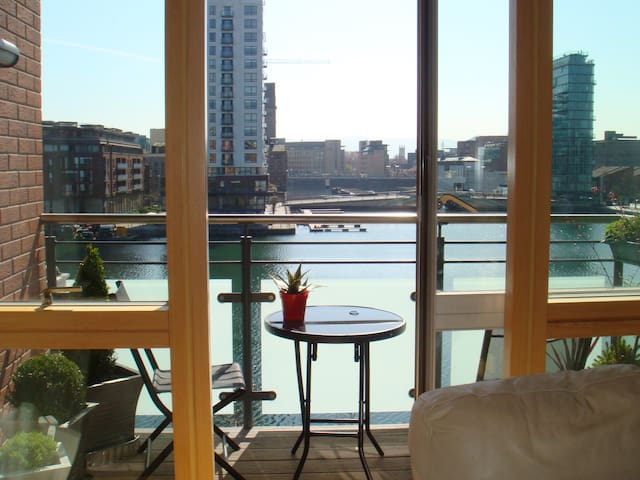 Apartment overlooking the water in the Docklands