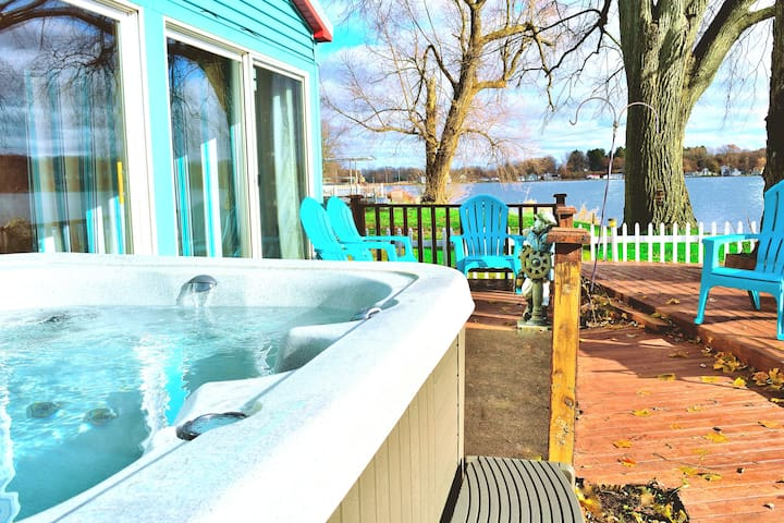 Lakefront Hot Tub, Fireplace, Lake Odessa, in town