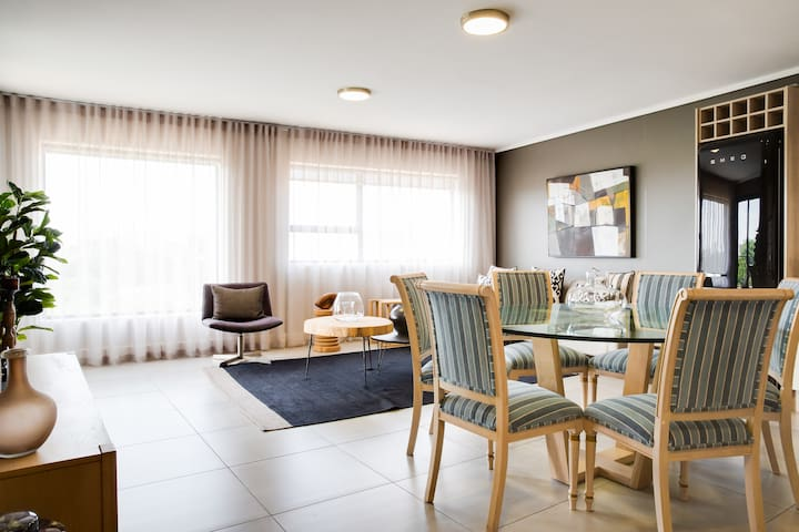 Upmarket apartment next to Canal Walk with Views