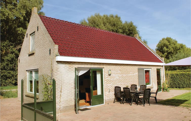 Holiday cottage with 3 bedrooms on 85m² in Tzummarum