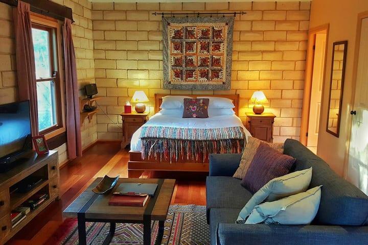 Secret Valley Escape - Romantic Spa Cottage - Orana