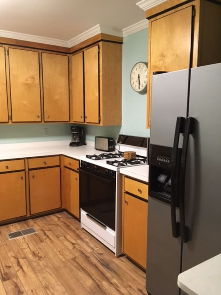 Cozy Apartment with Downtown Convenience