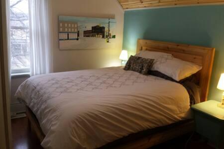 Cozy modern home in Wortley Village - London - House