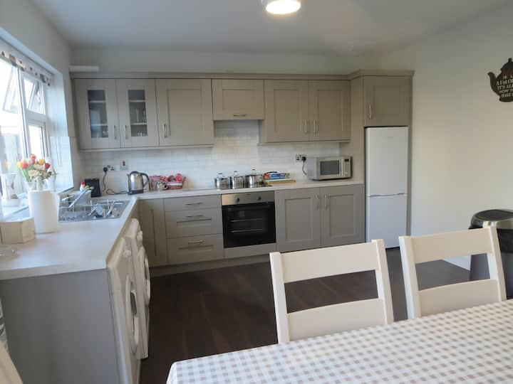 Stylish 4BR City Centre house. Free parking. Wifi.