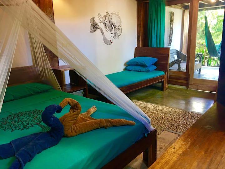 GREEN TRIPLE ROOM @ Villa Monyet