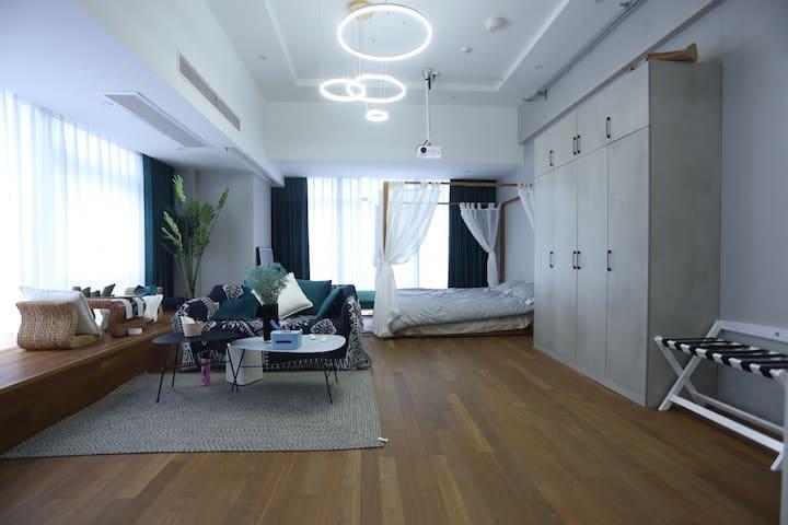 乐嗨·Rom 360度落地窗 巨幕投影带浴缸地铁口豪华68平大套房