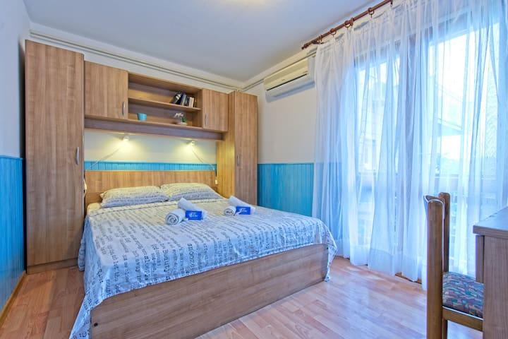 Double room with balcony in Pomena!