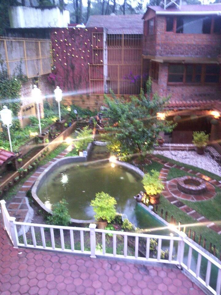 Contamos con alberca techada, jardin con estanque de peces, asador, amacas, area de fogatas.