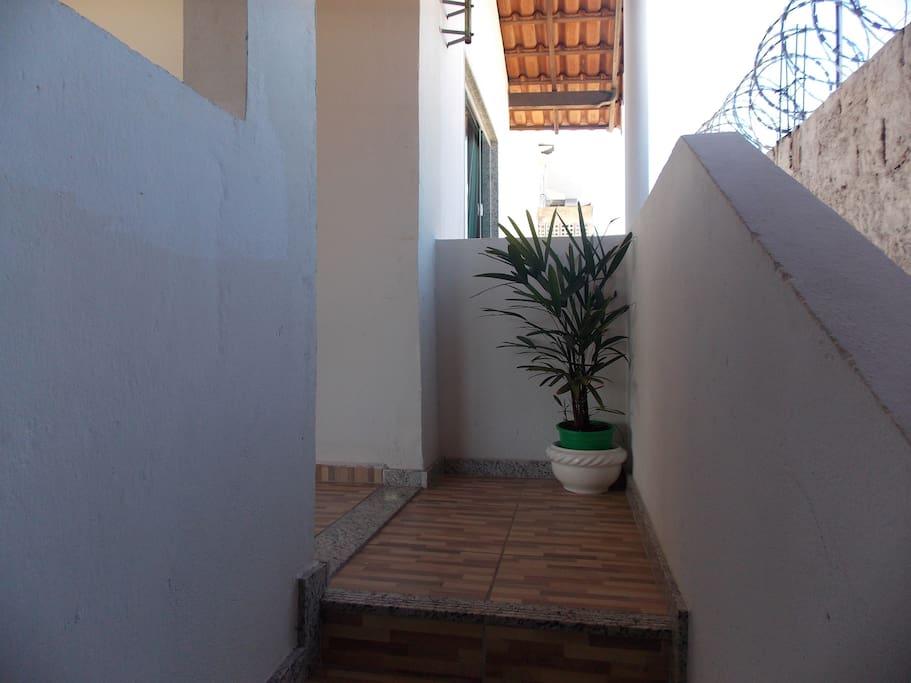Último degrau da escada e entrada para o imóvel