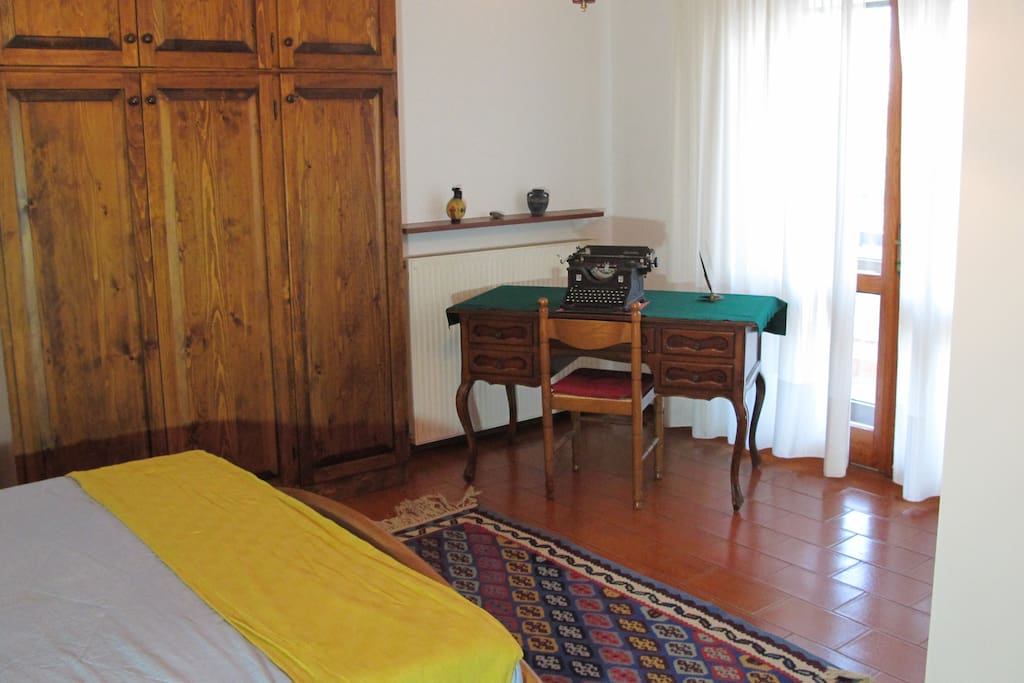 Room 1 - Double bedroom with private bath and shower / Room 1 - Camera matrimoniale con bagno e doccia riservati