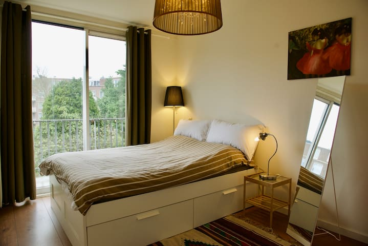 Private room very close to centre of Amsterdam!