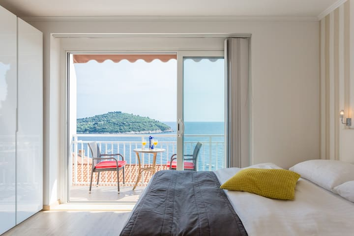 Large 5 Bedroom Apartment with View