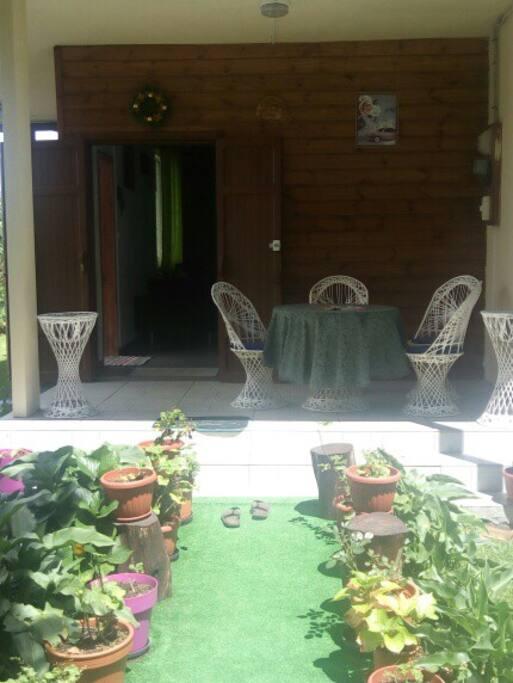 La maison vue de l'entrée de la maison