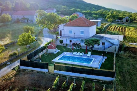 Holiday home Miramary with pool,garage -near Split