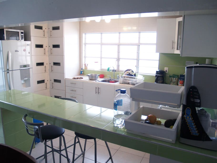 Espacios comunes: Cocina completamente equipada con alacenas individuales.