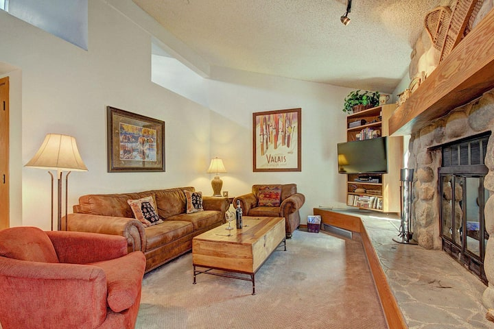 Pet Friendly Condo. New Furniture, Recent Updates. King Bed, HDTV, Hot Tubs, Pools, Wood Fire Place.