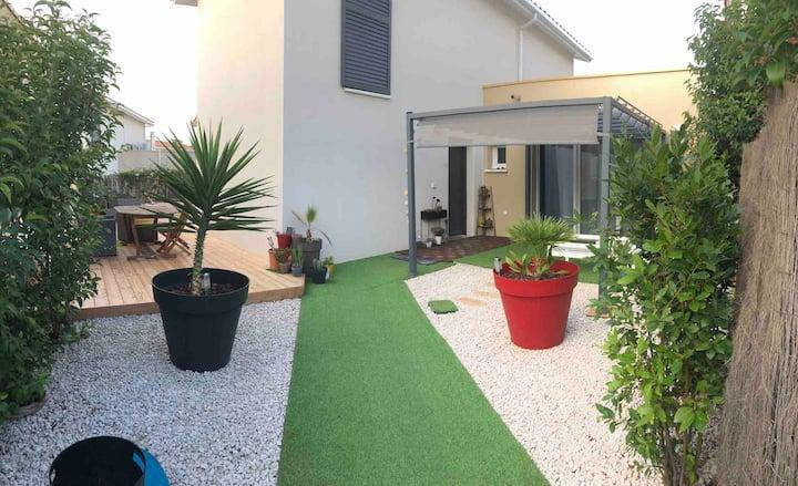 Chambre + SDB  à l'étage en maison neuve + jardin