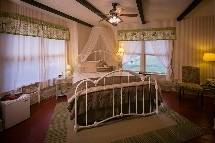 Aunt Sue Room 1 - Taylor House Inn, Historic Valle Crucis NC